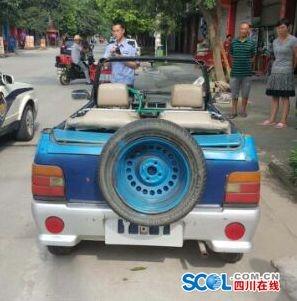 """7月26日,广汉市公安局官方微博接到群众举报称,在广汉新平镇有一辆蓝色奥拓车被改成了非常""""扯眼球""""的敞篷车,停放在某通讯营业厅门前。得知这一情况后,广汉市公安局立即指令新平派出所前往察看情况。派出所民警到达现场后,发现网帖中的改装车早已离开,调查走访周边的商铺老板和群众,都表示这辆车只是偶尔在新平出现,对于驾驶员的情况大家都不了解。"""