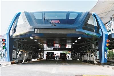 8月2日,巴铁1号试验车在进行路面测试。