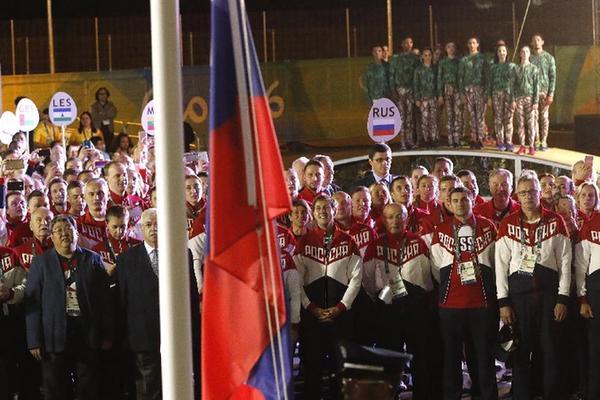 8月3日,俄罗斯体育代表团成员在升旗仪式上。 当日,俄罗斯体育代表团在里约奥运村举行升旗仪式。 新华社记者沈伯韩摄