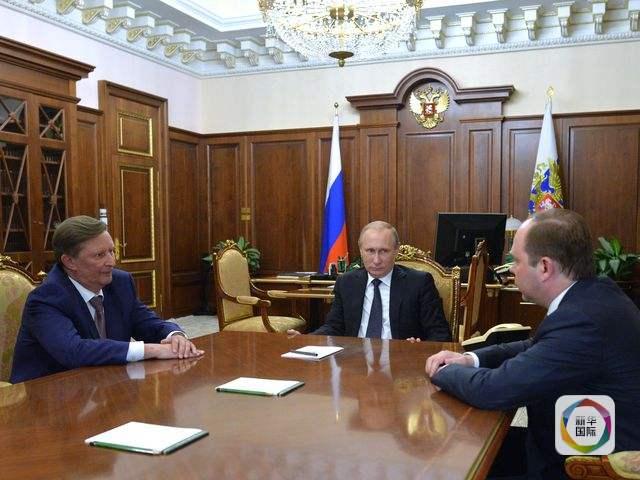 """俄罗斯总统普京(中)与伊万诺夫(左)、瓦伊诺开会。(图片来源:新华/""""卫星""""社)"""