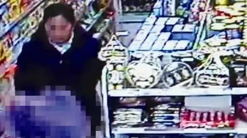 两女子在裤裆装磁铁行窃 将超市奶粉罐吸在磁铁上
