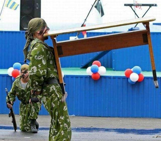 www.hg0861.com点击进入上海热线新闻频道——实拍俄罗斯新兵蛋子在军队中的趣味生活 何只是会玩而已?