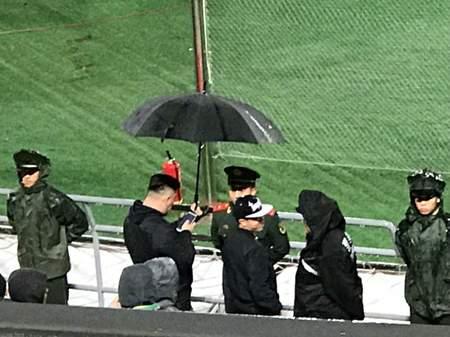 工体雨夜球迷为武警撑伞 直到比赛散场才离去