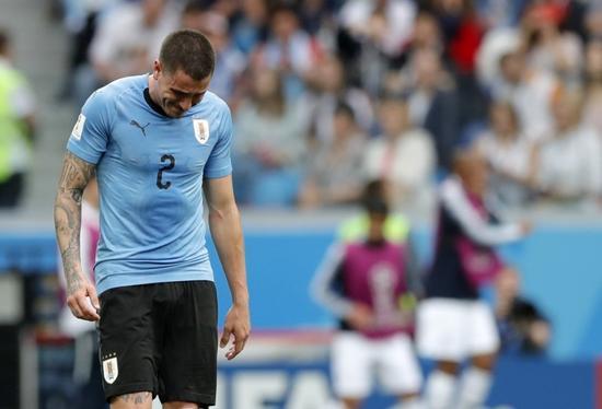 乌拉圭丢球球员比赛还未结束就痛哭流涕 遭教练痛批:丢脸!