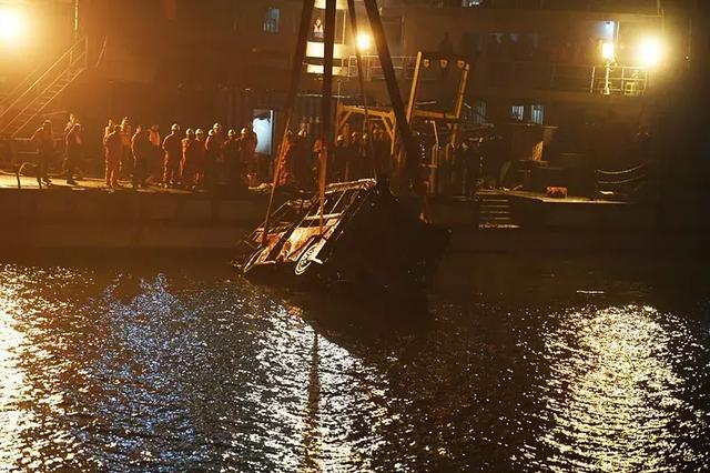 重庆坠江公交最新消息,行车记录仪已找到,打捞现场鸣笛像遇难者致哀