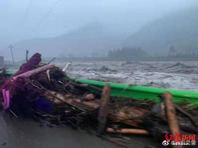 四川芦山暴雨 多条道路被冲毁无法通行 现场一片狼藉