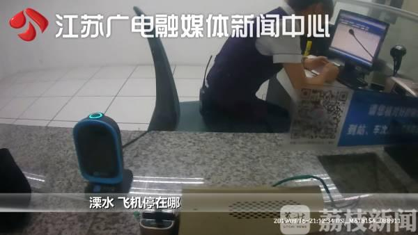 男子带活蛇坐高铁