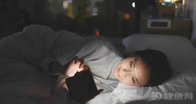 睡前喜欢玩手机的人,不用多久,就会有4个