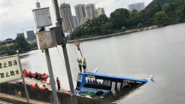 疑点重重?贵州坠湖公交司机曾发唱歌视频 网友:等调查结果