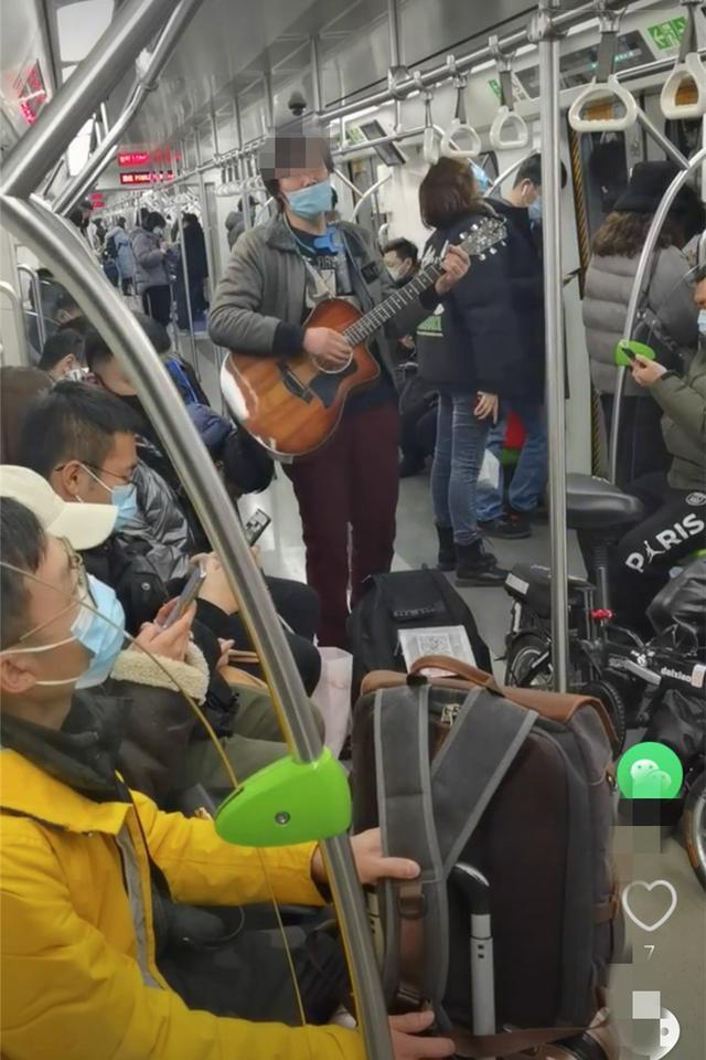 北京一男子未正确佩戴口罩在地铁卖唱,已被警方行拘北京一男子未正确佩戴口罩在地铁卖唱,已被警方行拘