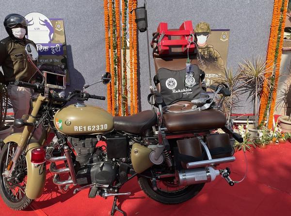 印度推出摩托急救车:摩托后座安个躺椅,伤者生死全看驾驶员
