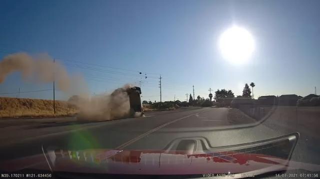 """看傻眼!加州惊见""""飞车坠毁"""",女司机神操作刚好被拍下"""
