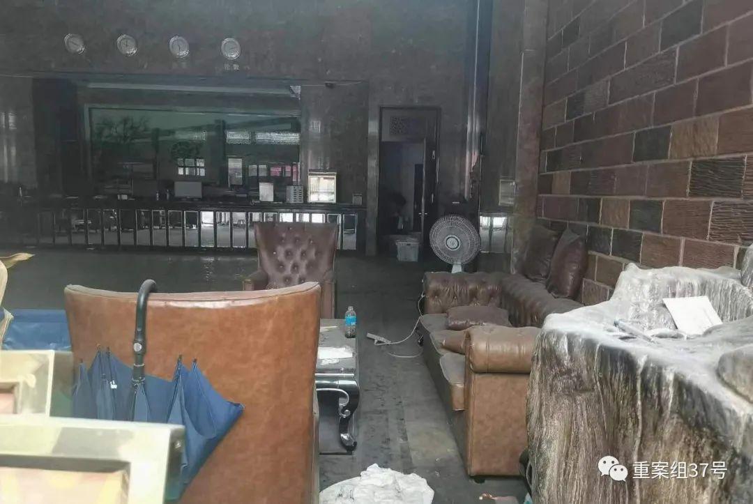 ▲金伯帆酒店被查,大厅内一片狼藉。