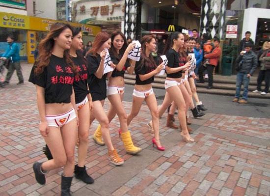 广州美女穿内裤上街遭围观