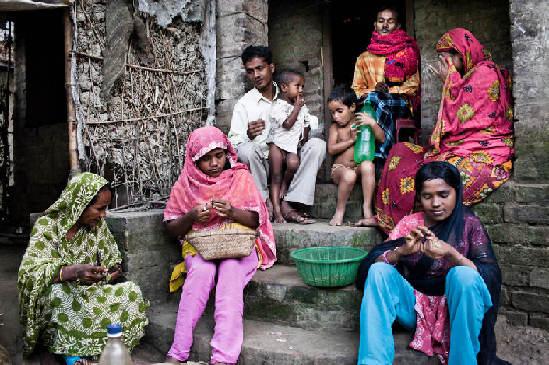 日前,摄影师Sanjit Das深入到印度农村地区,与村里的低级种姓的村民在一起,亲身体验低级种姓近乎原始的传统生活方式。在这里,种姓制度在很大程度上决定他们的职业、社会地位、人际关系、配偶的选择等等。