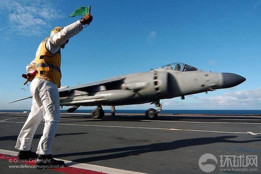 英国航母起飞指挥官使用信号旗指导舰载机起飞