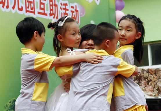 刘伟用爱拥抱闵行农民工幼儿园孩子