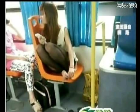 公交上现极品黑丝美女:脱鞋抠脚闻味摸头组图