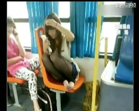 视频中穿着黑丝袜的妹妹在公交车上让脚丫透透气