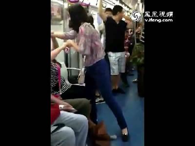 两女子北京地铁内扯发踹裆互殴