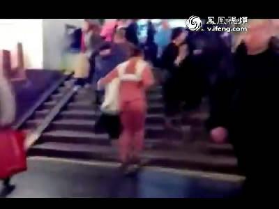 醉酒女子地铁站内春光外泄