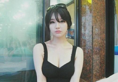 图为网上曝光了一组韩国人气美女主播朴佳琳的私照