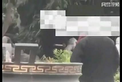 上海热线新闻频道-- 实拍佛山公园地下情色交易