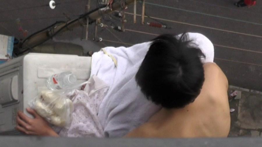 广西柳州市北站路城市便捷酒店11楼一赤裸女子欲跳楼