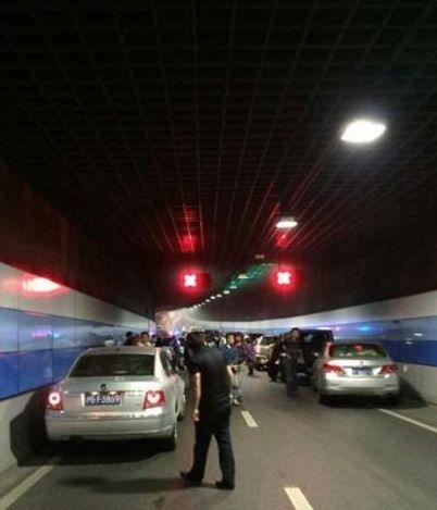 宝马车在外滩隧道自燃