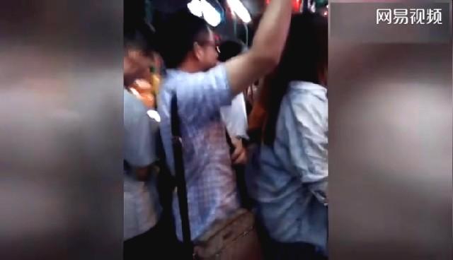 实拍:杭州公交上猥琐男用下体顶美女臀部