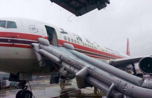 """""""   另一名航空公司的工作人员解释,飞机紧急滑梯触发后的恢复,是一个"""