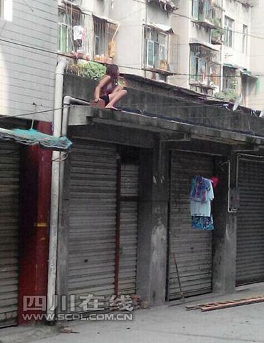 新都 大丰/新都大丰一名仅穿内衣女子手拿砖头爬上屋檐称有人要杀她