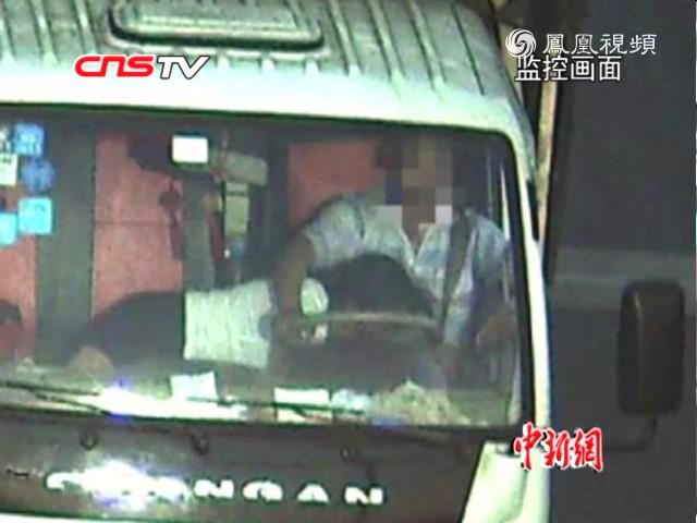 司机高速路开车腿上趴一女子 称是妻子肚子疼