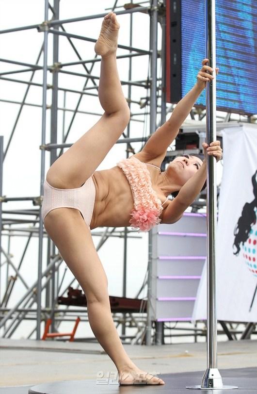 韩国钢管舞大赛街头上演