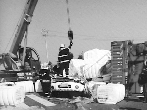 沪陕高速大货车侧翻压扁身旁警车 两名警察身亡