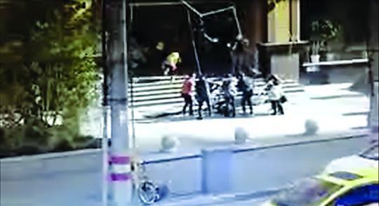 中山公园地铁口广告牌砸伤5人 疑被大风吹落