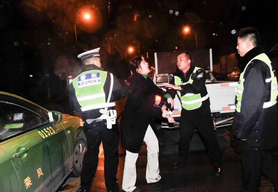 都宝马女司机疑酒驾撞车 脚踹交警狂吻路人图片
