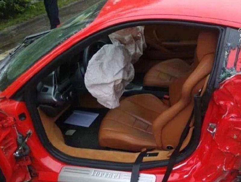 事故现场,法拉利车内安全气囊弹出.高清图片