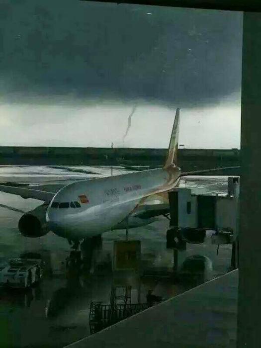 深圳机场突现龙卷风