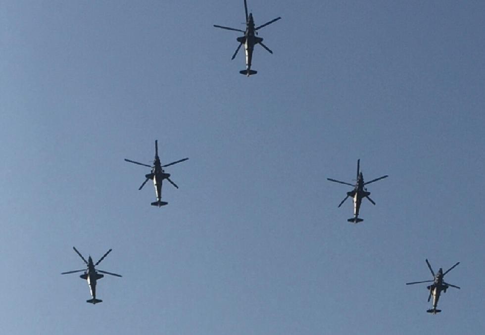 9架武直-10低空密集编队飞训:备战阅兵