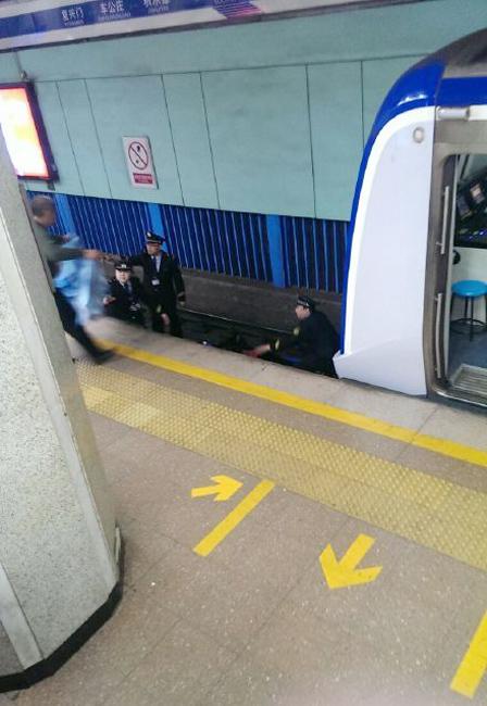 北京地铁一名乘客跳轨 列车紧急制动瞬间
