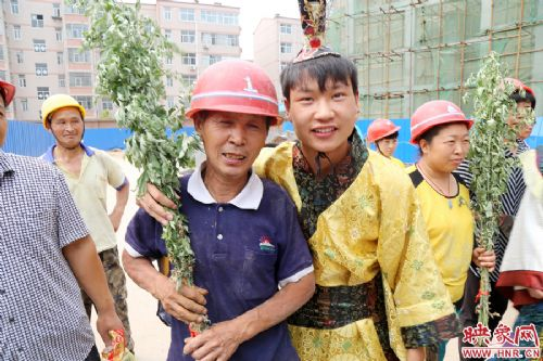 大学生扮 屈原 喂农民工吃粽子
