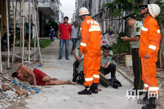 7月23日,广西北海市南康镇一名男子从四层楼房跳下轻生,紧急关头