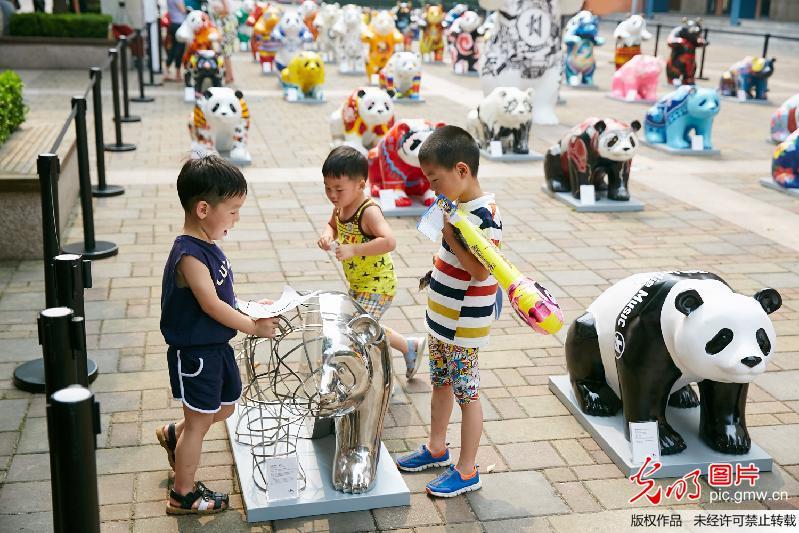 """创意设计周""""的预热活动本次艺术熊猫巡展作品由国内外知名服装设计师"""
