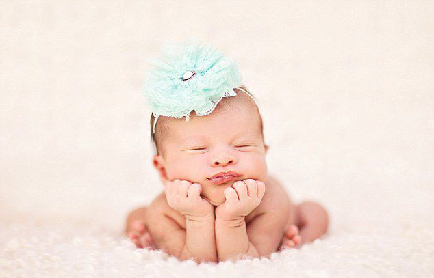 在这组照片中,这些熟睡的宝宝被摄影师精心打扮,摆出了不同可爱的