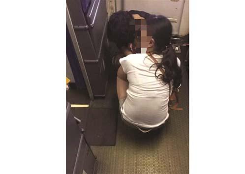 嫌飞机厕所小 南京飞广州航班上家长带孩子在后舱大便