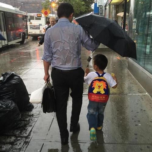 大风小孩撑伞简笔画