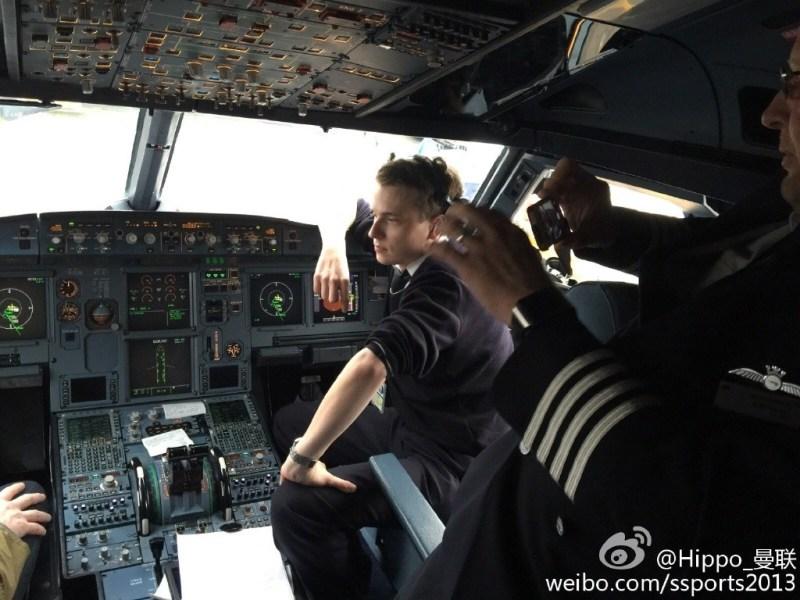 英航飞机遇延误 机长邀乘客参观驾驶舱拍照