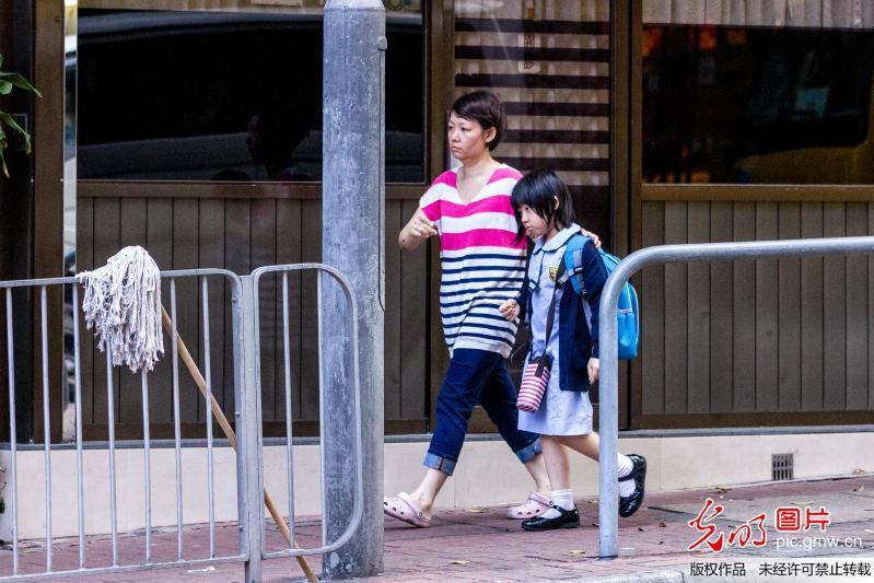 香港:小学生小学背书沉重家长陪伴负担帮上学功课六一童游图片