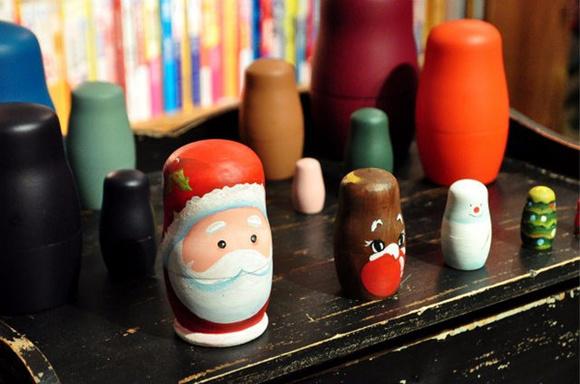感受简单而喜庆的手绘乐趣,制作圣诞元素的俄罗斯套娃,玩过之后还能带